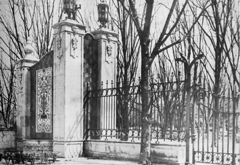 A romantic view of the Hildebrand gate tower during the winter in the early life of the garden, circa 1921. Photo courtesy of Urrutia Photo Collection.