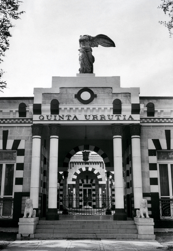 Doctor Urrutia's house on Broadway, designed by Urrutia's friend, architect Porfirio Treviño. The house was sold to the owners of Intercontinental Motors around 1960 and demolished shortly thereafter. Photo courtesy of Urrutia Photo Collection.