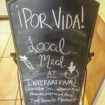 Marketing for the first locally sourced and ¡Por Vida! approved meal served at the Mabee Dining Hall this semester. Photo courtesy of Anna Macnak.