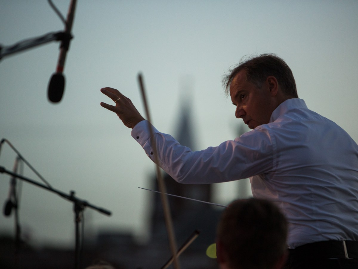 San Antonio Symphony Conductor Sebastian Lang-Lessing leads his musicians to the sound of Las Fundaciones de Béjar. Photo by Scott Ball.