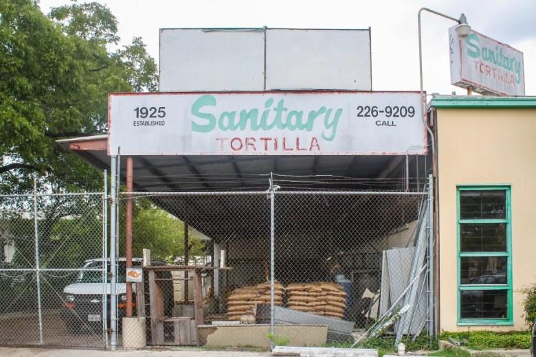Sanitary Tortilla, a lado de RO-HO Pork & Bread, ha operado por 91 años. Foto por Rocío Guenther.