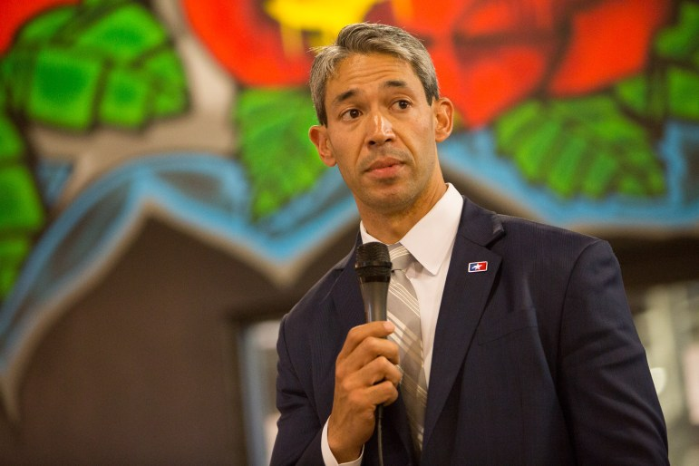 Councilman Ron Nirenberg (D8) outlines his policy goals to Lavaca Neighborhood Association members.