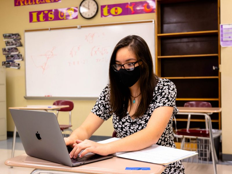 Kathaleen De Hoyos takes part of SAISD's new Flex School is a virtual evening program that gives students the opportunity to graduate early or catch up. if they are falling behind.