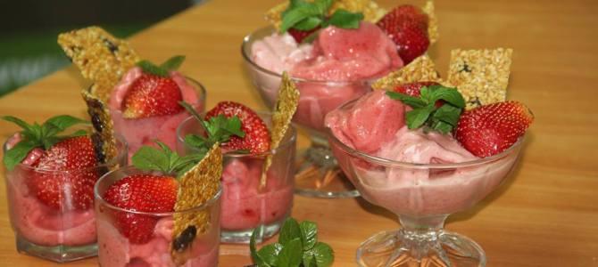 Înghețată raw vegană din banane și fructe de sezon