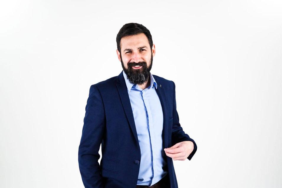 Auf dem Bild zu sehen, ist Murat Isboga. Er ist der künstlerische Leiter des Theaterensembles Halber Apfel.