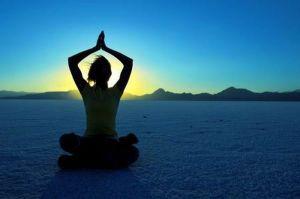 Recuerda, no estás tratando de arreglar la emoción; el estado de calma te ayuda a aquietar el significado que le das a la emoción para que puedas razonar y discernir con objetividad. Esto reduce el estrés y te inspira soluciones prácticas y creativas para que puedas adaptarte o manejar la situación.