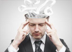 El proceso de auto hipnosis implica métodos de relajación, meditación o de guía para llegar al inconciente, subconciente o mente interna. Sin embargo, el proceso de hipnosis holística integra diversas dimensiones de la percepción, no sólo sentidos físicos como el visual, auditivo y kinestésico, sino sentiminetos y experiencias transpersonales espontáneas.