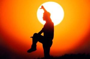 El alto grado de concentración, indispensable en la práctica del Tai Chi, favorece las funciones del Sistema Nervioso Central. Al disciplinar, simultáneamente, la mente y el cuerpo, se produce la estimulación de la corteza cerebral, que reacciona, ocasionando excitación en algunas regiones y protección o inhibición en otras.