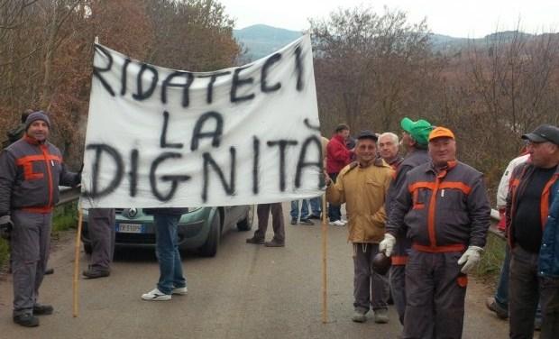 Senza stipendio, forestali bloccano ponte Manifestazione di protesta nel Beneventano