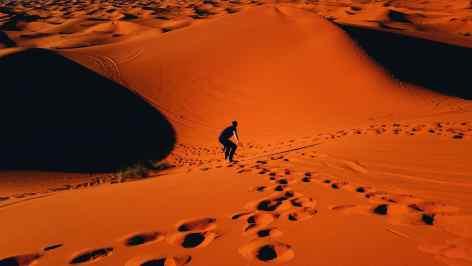 Sandsurfing / Sandboarding