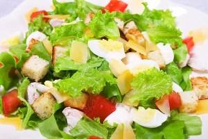 """Приготовить один из вариантов соуса """"Цезарь"""" на майонезе или на яйцах."""
