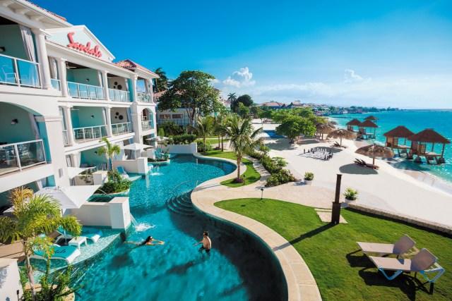 De vraies histoires d'amour racontées au Sandals Montego Bay. Sur la photo: piscine lagon et suites swim-up en bord de mer