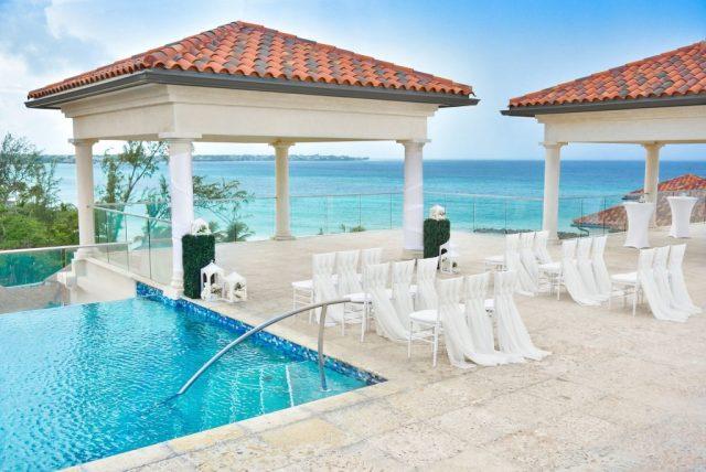 Configuration de la cérémonie de mariage sur le toit avec vue sur les Caraïbes et piscine à débordement sans entrée sur le côté