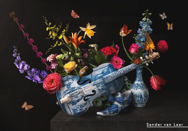 Tears is een Bloemstilleven van Kunstenaar Sander van Laar. u Ziet hier prachtige porseleinen dingen zoals een schoen een vaas en viool. Deze attributen komen uit het Rijksmuseum Amsterdam en Sander van Laar heeft dit Gecomponeerd met prachtige bloemen insecten en een vogel in het midden. Een waar Pareltje om naar te mogen kijken.
