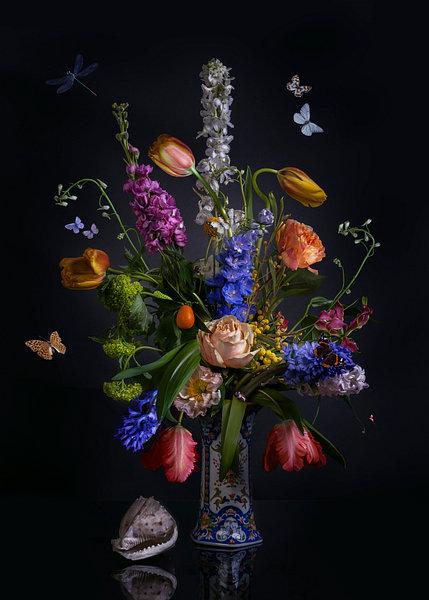 Royal Love een prachtig bloemstilleven in een porseleinen (Chinees blauwe vaas) gefotografeerd. Een waar bloemen kunstwerk waar u dagelijk van kunt genieten. Dit bloemstilleven kunt u kopen bij sandervanlaar.werkaandemuur.nl op elk formaat en materiaal wat u maar wilt hebben.