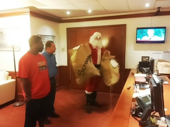 The receptionists at Mayor Falconer's office were very polite to Santa as he delivered coal. He was accompanied by labor leader Richard Barrera and a striking worker.