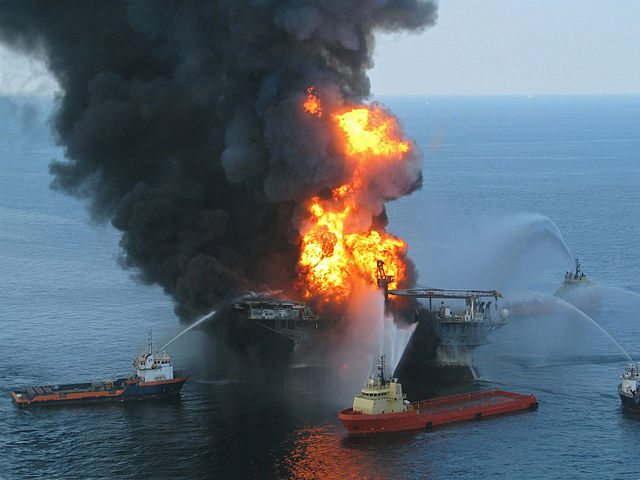 Deepwater Horizon drilling platform in flames