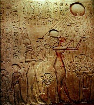 Стела в египетском музее в Каире. Фараон Эхнатон и его супруга королева Нефертити с их детьми молятся Солнцу.