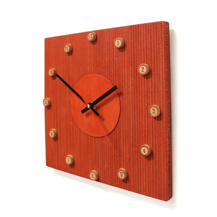 Rode klok met cijfers met houtkleurige achtergrond