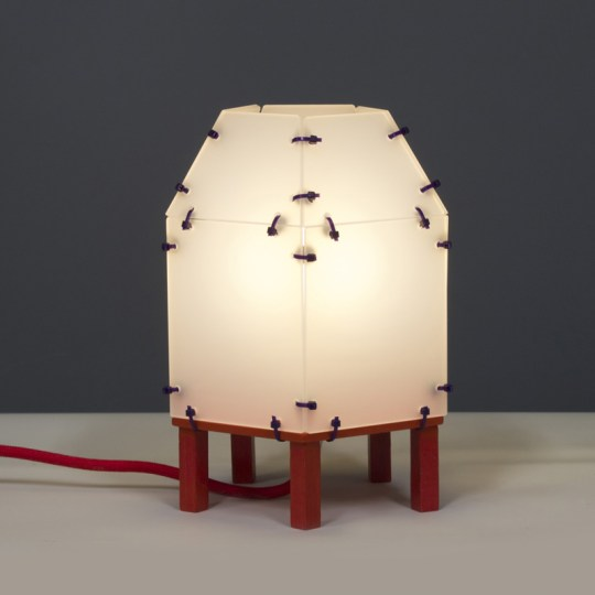 Lampje van plexiglas met rode pootjes