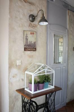 Entrée avec miroir ancien repeint, ancienne plaque en métal et applique murale vintage