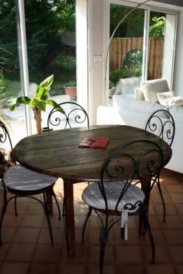 Table ronde ancienne en bois et chaises bistrot
