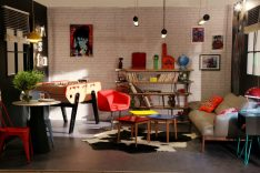 Néon vintage ALLT, coin salon, tables basses laquées, baby foot