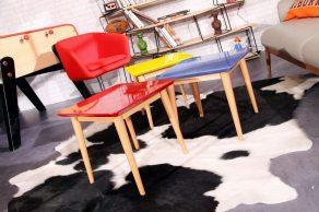 Tables basses laquées et tapis peau de vache
