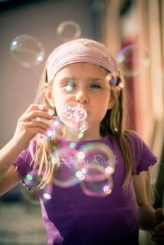 Mädchen macht Seifenblasen, Landshut, Bayern, Deutschland