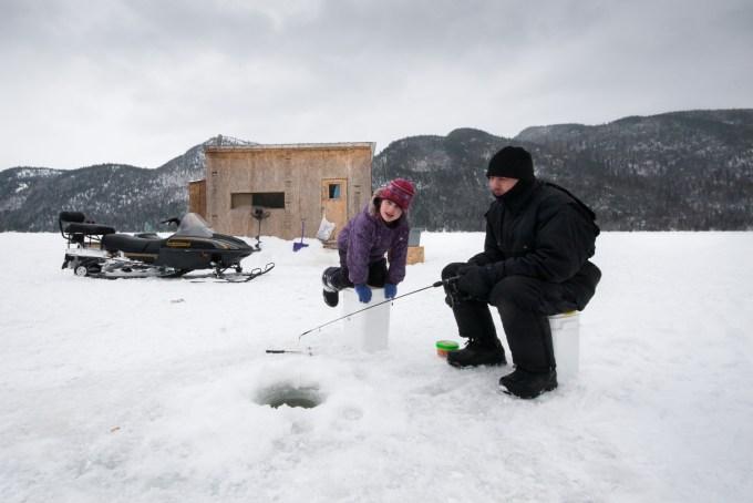 Famille descendue en motoneige pour pêcher à Baie Eternité