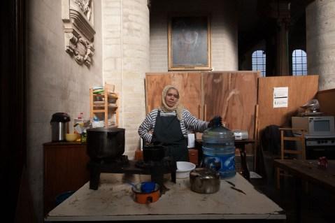 Des collectes de nourriture sont organisées chaque jour avec des organismes sociaux. Cette femme prépare les repas pour tout le monde, avant le début de la grève de la faim.