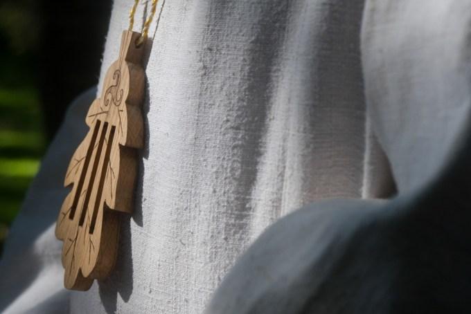 Pendentif en forme de feuille de chêne, arbre sacré chez les druides.