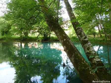 Fontaine du Puy Rabier, Eaux bleues d`un gouffre,  Légende de la fosse au Diable, Magné dans la Vienne, Poitou-Charentes (15)