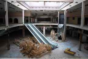abandoned_shoppingcenter_00