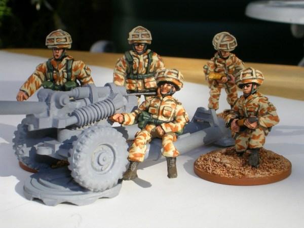 28mm 105mm light gun crew in GB helmet