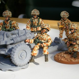 28mm 105mm light gun crew in GB helmet