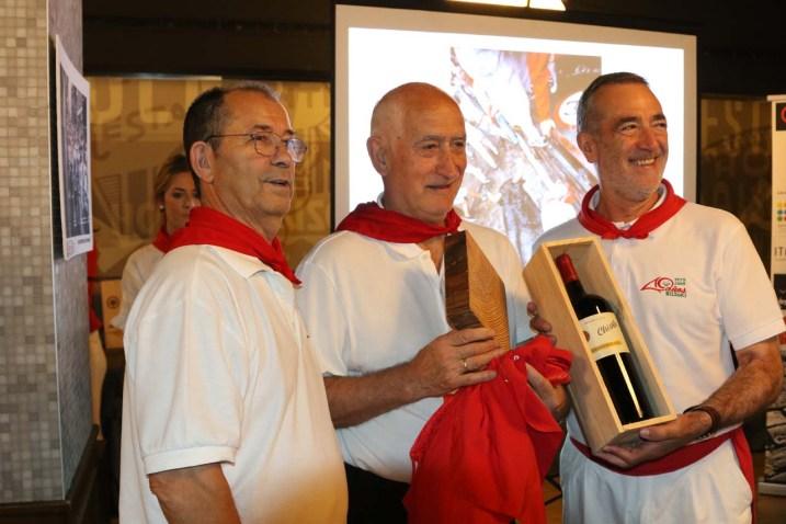Mariano Morán (centro) recogió el premio a Eneko Morán por el tramo de Telefónica. Entregó el galardón Jesús de Prados, del bar La Olla (izquierda).