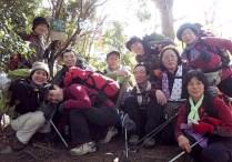 狭い山頂にひしめき合って記念写真。