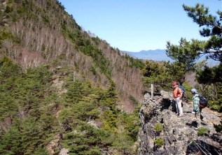 小ピークの岩場から天狗山の山容が立ちはだかる。