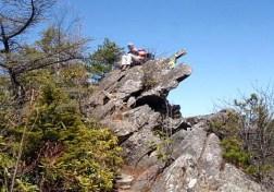 途中の岩場でチョイと一休み。