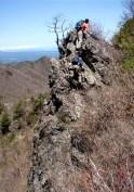 痩せ尾根の岩稜のアップダウンが続く。