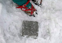 03雪から掘り出した三角点。