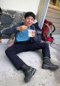 02.横尾山荘前でカップヌードルの朝ごはん。
