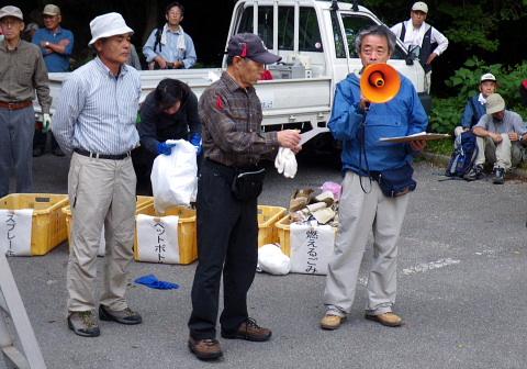 エイ駐車場で集会。藪山自然保護部長。