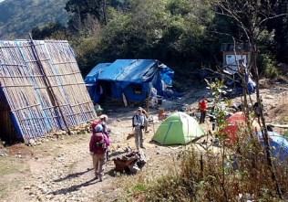 ⑤テント場、2250M地点,ブルーシートの小屋は売店。