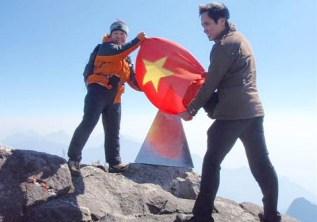 ⑦ファンシーパン(3143M)現地のガイドと登頂記念。