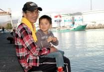 14清水港でおじいちゃんにだっこされました。