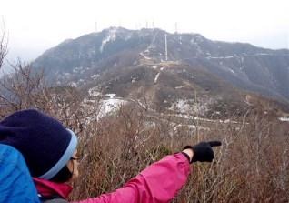 ⑨多宝山より弥彦山(634M)を望む。指先は下山の方向。