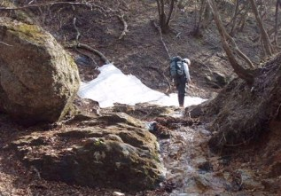 ⑪ナメを抜けたところには残雪が有った。ここからほどなく稜線。