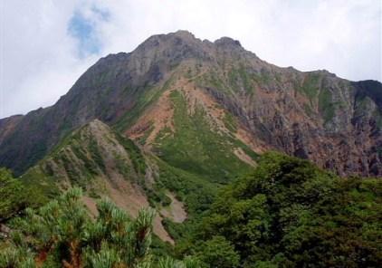 ④ガリーを越えると緩やかな尾根地形となり、展望もよくなる。(中岳、赤岳)